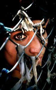 Hindistan Güvenlik Güçleri Askerleri, Kaşmir'in başkenti Srinagar'daki Dal Lake pitoreskinde devriye gezmektedir. Kaşmirli bir kadın, çitlerin dışından ünlü Aziz Sufi'yi izlemektedir. İnanışa göre aziz, duaları ve dilekleri gerçekleştirmekte ve Sopore köyündekilere ruhani rehberlik yapmaktadır