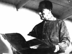 7.Atatürk-Ege-vapuru-ile-Trabzon-yolunda,Hakimiyeti-Milliye-okuyor